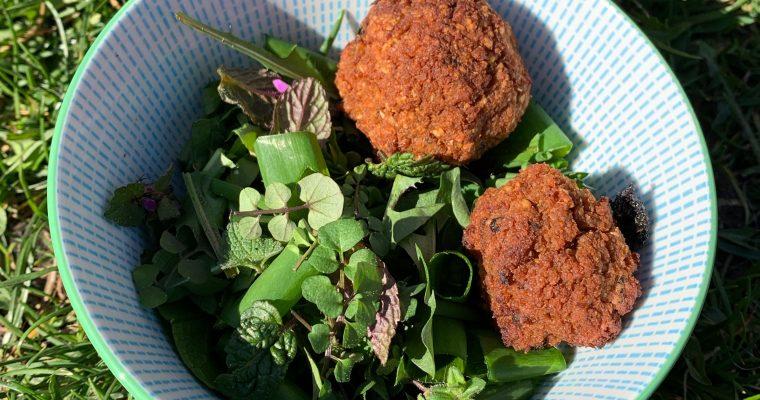 Recept: onkruidslaatje met veggie balletjes