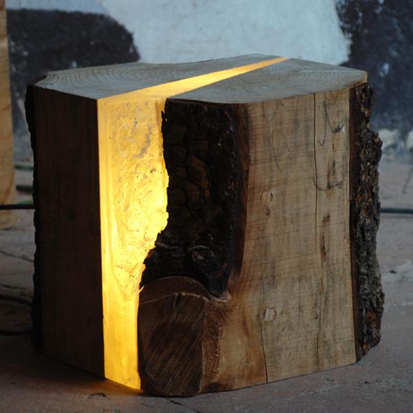 Een licht-gevende boomstronk haalt de natuur naar binnen