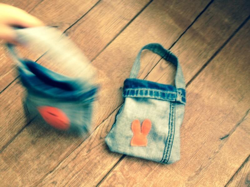 DIY Paastas van oude spijkerbroek. Paasknutselen met kinderen. Upcycle een oude spijkerbroek
