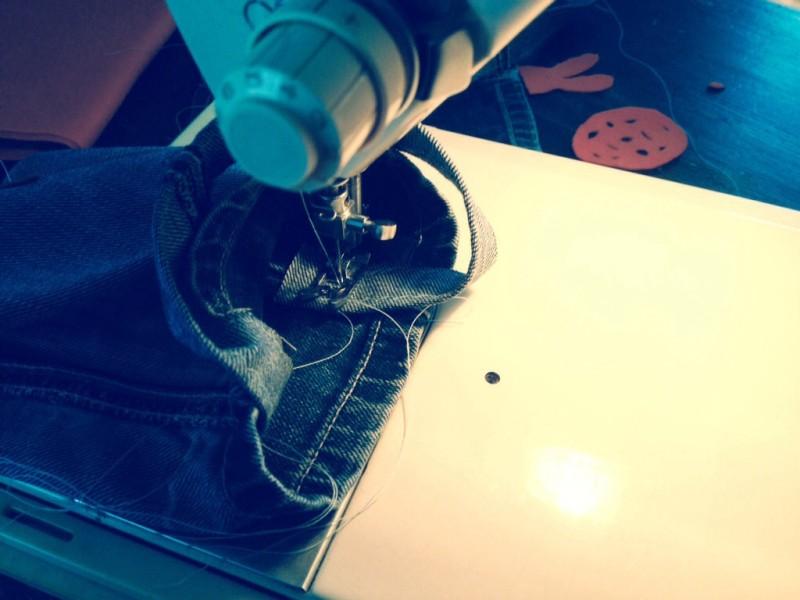 DIY Paastas van oude spijkerbroek. Paasknutselen met kinderen. Recycle een kapotte spijkerbroek