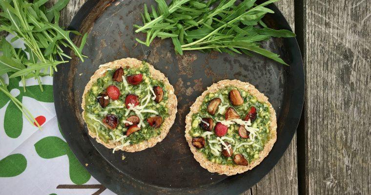 Recept: snelle pizza met rucolapesto en gebakken radijzen